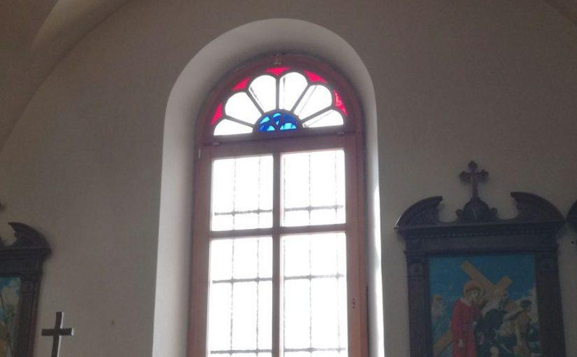 Nova okna krasijo črniško župnijko cerkev
